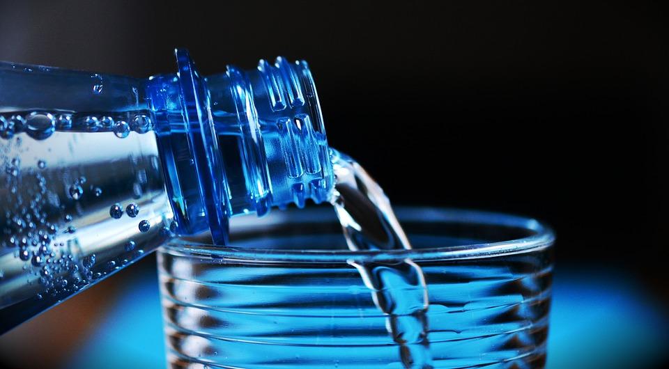 人間が飲んでる炭酸水、ワンちゃんにあげるのは危険?