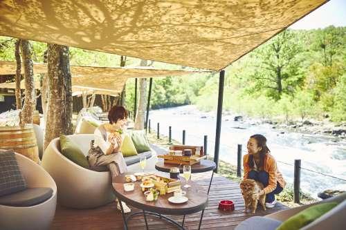 愛犬と一緒に楽しめる、渓流沿いでゆっくりと過ごす朝食