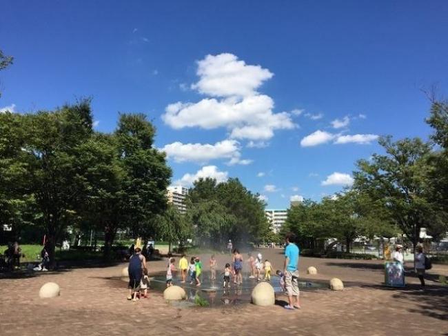 パークセンター前の噴水(西東京いこいの森公園)